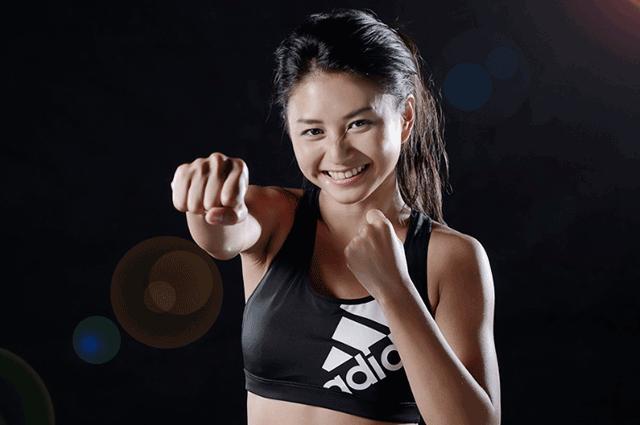 右ストレートを打つ女性ボクサー