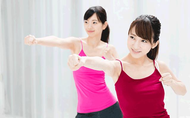 ボクシングをする女性(立川)