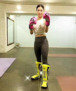 レガースをつけたキックボクシングをする女性(立川)