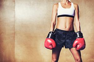 ボクシングをする立川の女性