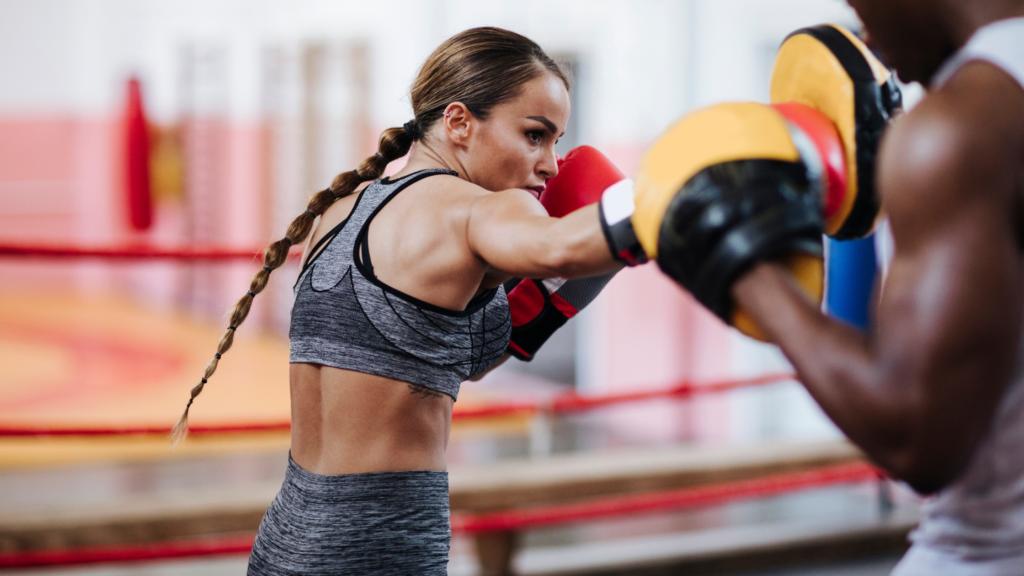 右フックを打つ女性ボクサー