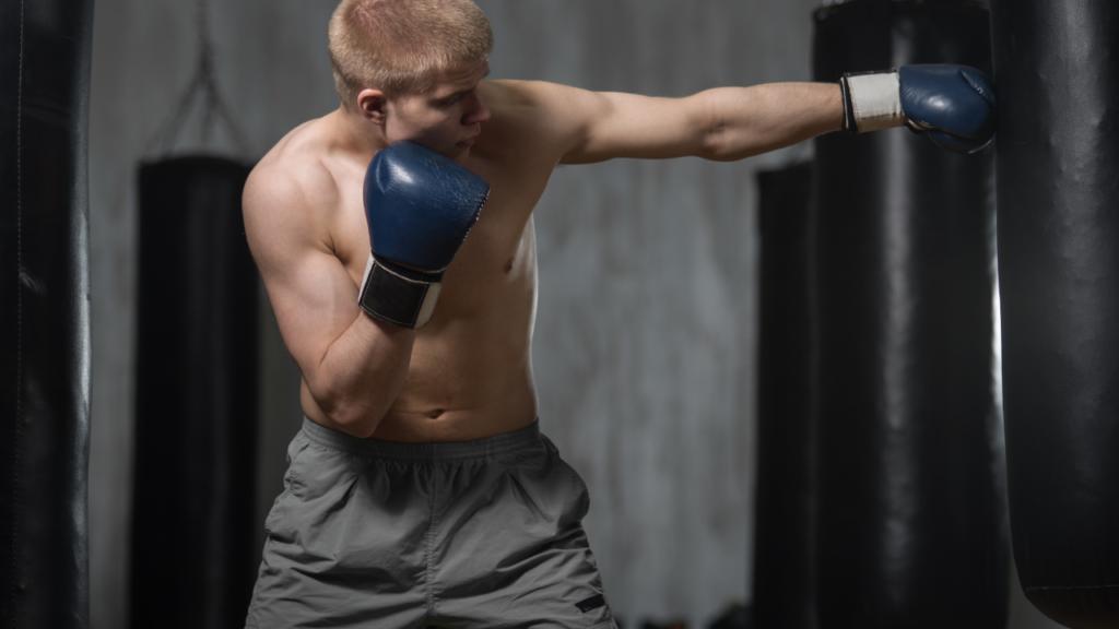 ボクシングをする男性