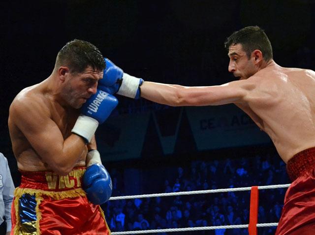 キックボクシングでストレートパンチを打つ選手
