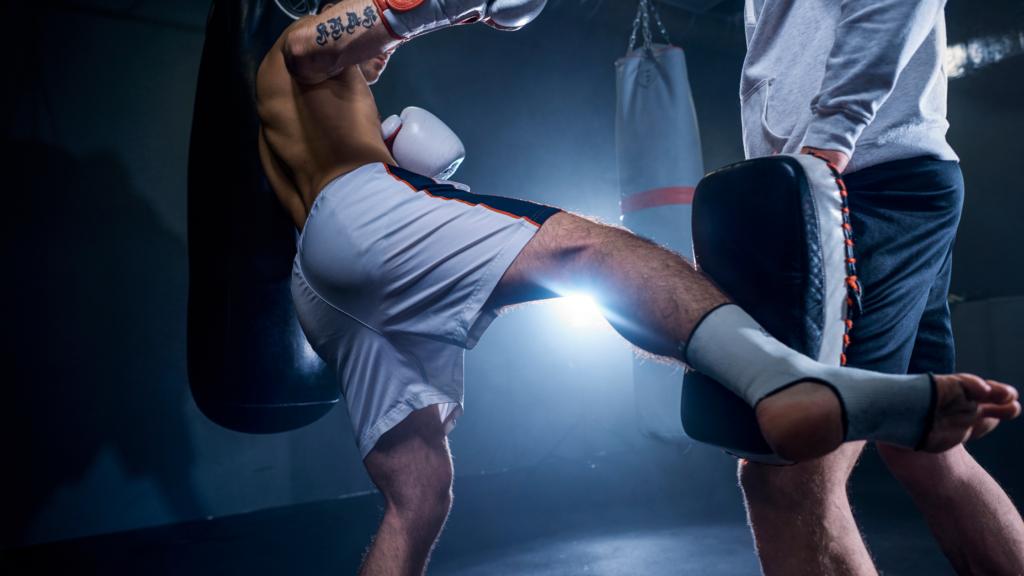 ローキックを蹴るキックボクサー