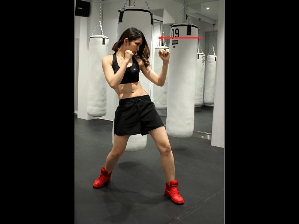 ボクシングの構えをとる女性