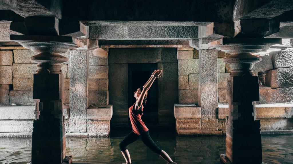 溶岩ホットヨガをしている女性