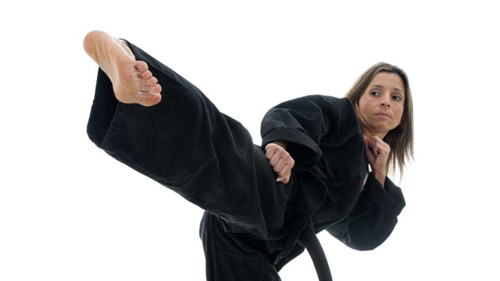 横蹴りをしている女性