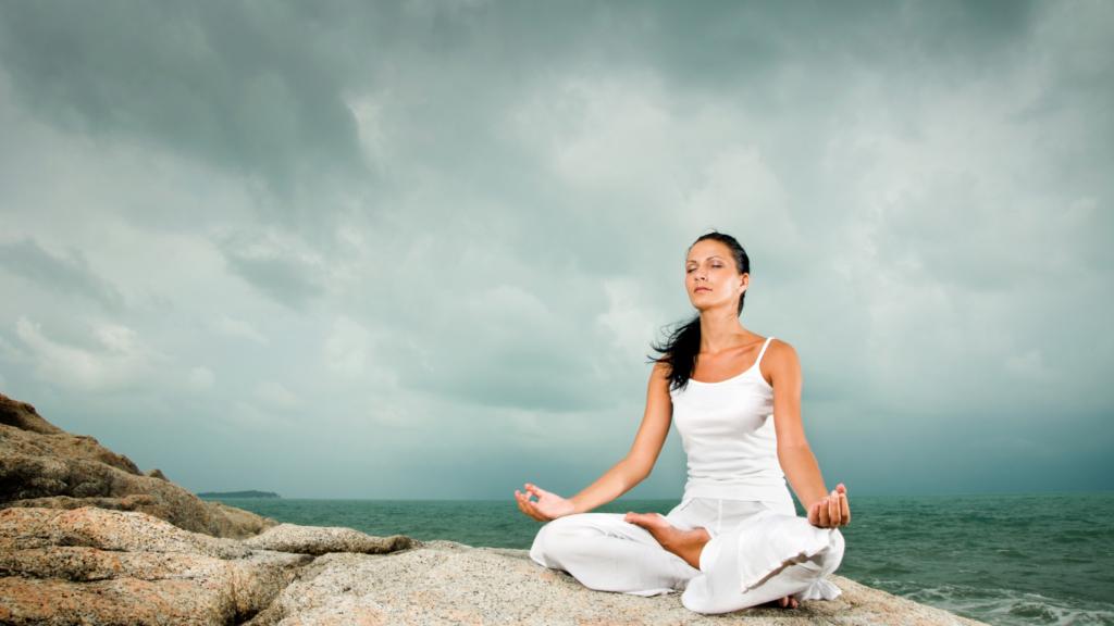 ヨガで瞑想をしている女性