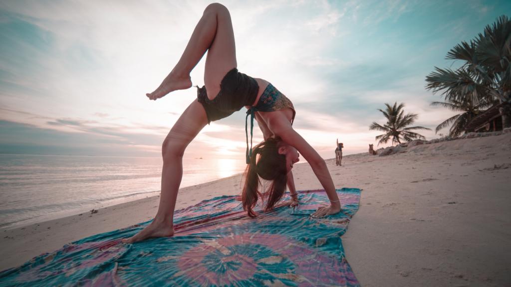 砂浜でヨガをしている女性