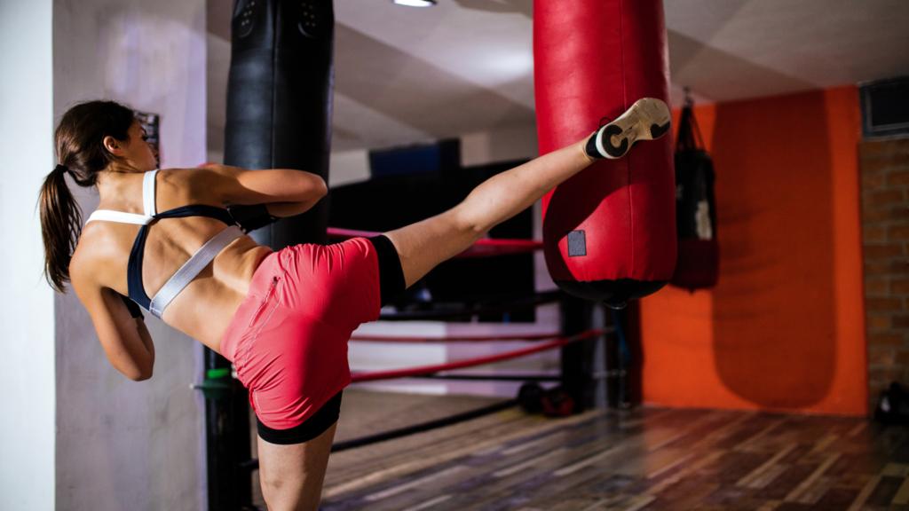 キックボクシングをしている女性