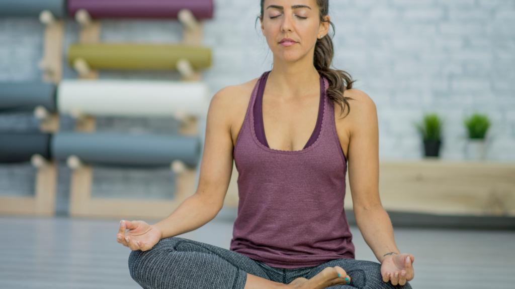ヨガの瞑想している女性