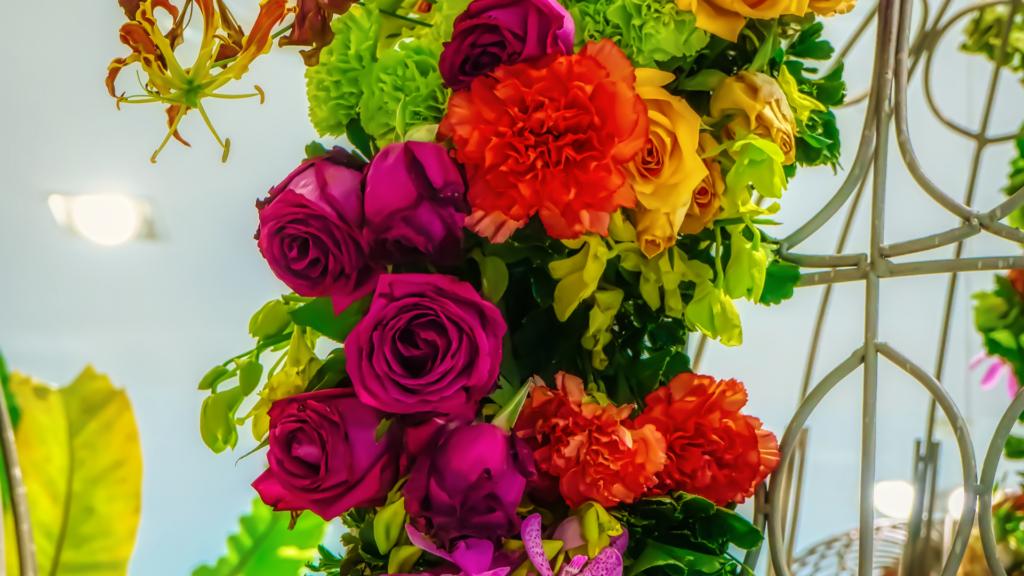 色鮮やかな薔薇のアレンジメント